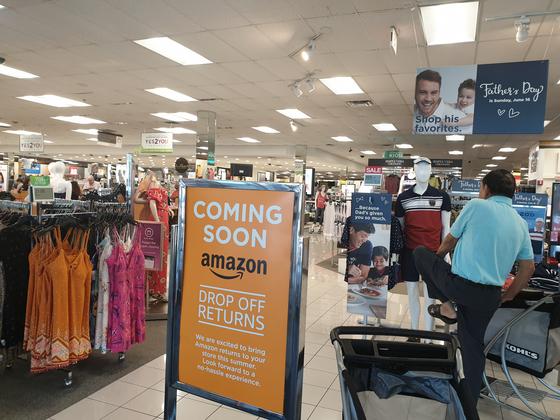 """지난달 13일 미국 뉴저지의 백화점 콜스 매장. """"아마존 반품 서비스를 시작한다'는 안내문 사이로 쇼핑객이 지나가고 있다. 뉴저지=곽재민 기자"""