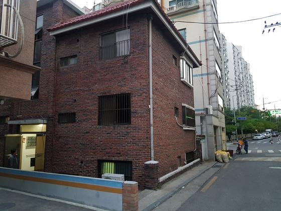 중랑구의 한 다세대주택. A씨는 이 주택 1.5층에 살았다. 길가와 가까워 집안에서 소음이 들릴 수 있는 위치다. 편광현 기자