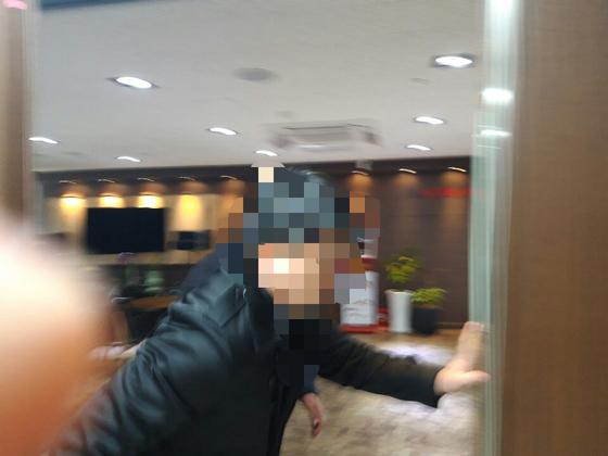 20일 오전 검찰 수사관이 김태우 검찰 수사관과 연계된 건설업체 S사를 압수수색하기 위해 문을 열고 있다. 신혜연 기자