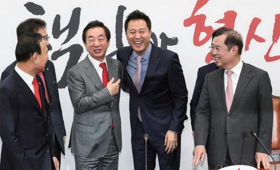 지난해 11월, 자유한국당에 재입당한 오세훈 전 서울시장(오른쪽에서 두 번째). 김성태 당시 한국당 원내대표와 어깨동무를 하며 밝게 웃고 있다.