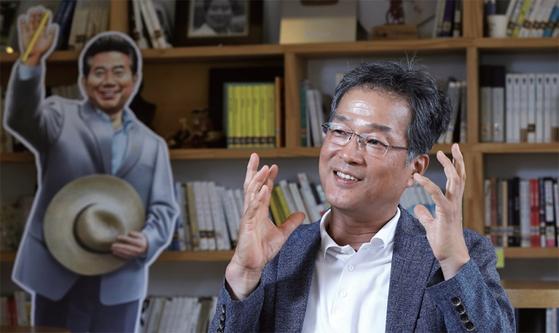윤태영 전 청와대 대변인의 삶은 글쓰기와 노무현으로 관철됐다. 이제 그는 새로운 삶을 모색해야 할 기로에 서 있다.