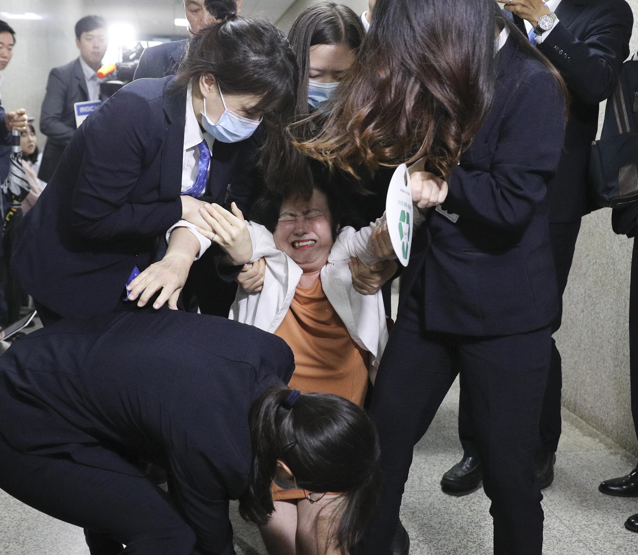 26일 오전 국회 바른미래당 당대표회의실 앞에서 한 당원이 손학규 대표의 퇴진을 요구하다 국회 방호과 직원에 의해 끌려나가고 있다. 임현동 기자