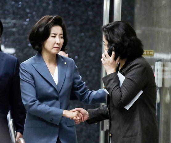 나경원 자유한국당 원내대표가 9일 국회에서 의원총회에 참석하며 박순자 의원과 인사하고 있다.  임현동 기자