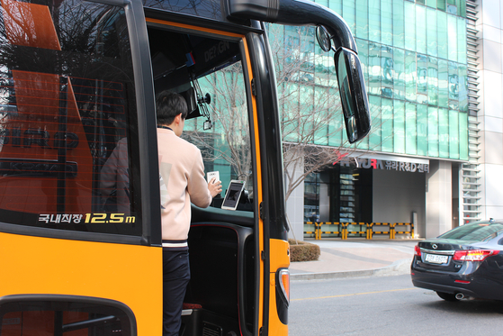 카카오의 통근버스. 버스에 승차할 때 스마트폰 속 '카카오 통근버스' 앱으로 결제 QR코드를 내려 받은 뒤 요금을 지불한다. [사진 카카오]