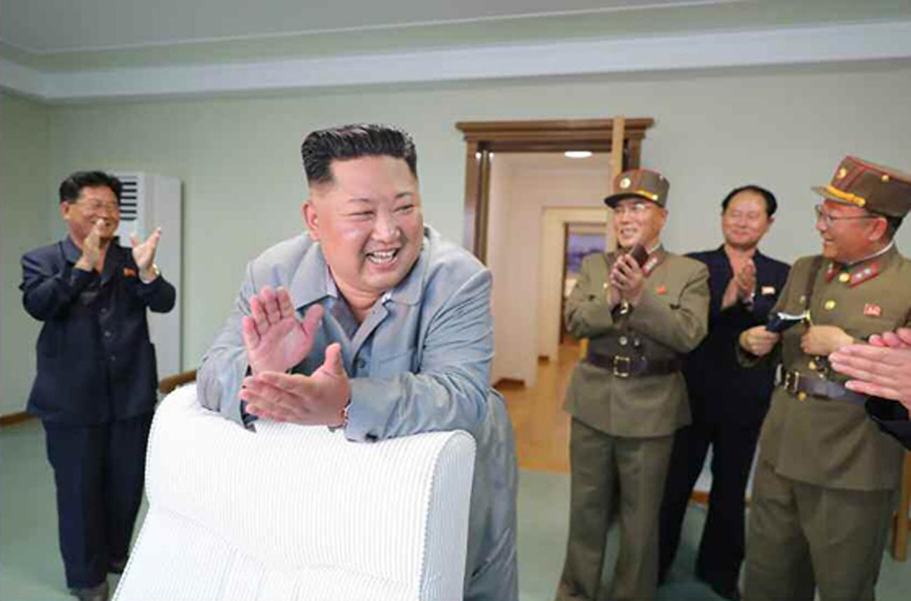 김정은 국무위원장이 지난 25일 신형전술유도무기 위력시위사격을 조직지도 했다고 26일 노동신문이 보도했다. 김위원장이 군 간부들과 박수를 치고 있다. [노동신문=뉴시스]