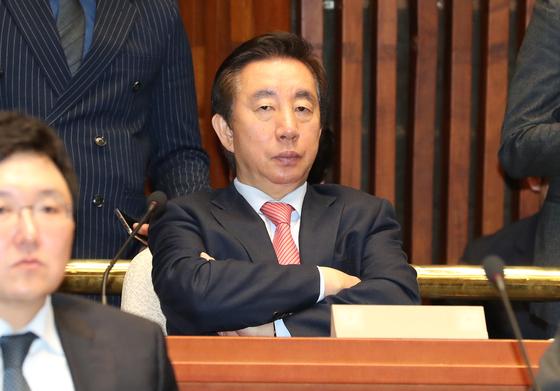 김성태 자유한국당 의원이 지난달 23일 오전 국회에서 열린 긴급 의원총회에 참석해 자리하고 있다. [연합뉴스]