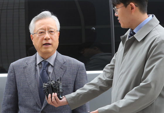 지난 30일 KT 채용 비리 혐의를 받는 이석채 전 KT회장이 서울 남부지방법원에서 열린 영장실질심사를 받기 위해 출석하며 취재진의 질문에 답하고 있다. [뉴시스]