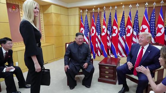 북한 조선중앙TV는 지난 1일 하루 전 열린 북미 정상의 판문점 회동 기록영화를 공개했다. 김정은 국무위원장이 도널드 트럼프 미 대통령의 장녀인 이방카 백악관 선임보좌관과 인사를 나누고 있다. [연합뉴스]