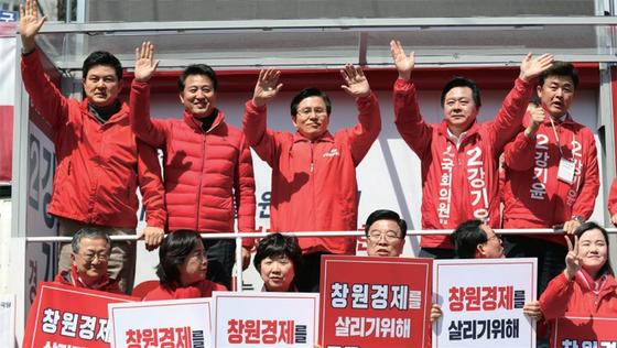 4·3 보궐선거에 출마한 창원성산 강기윤 후보에 대한 지지를 호소하고 있는 오세훈 전 서울시장(왼쪽에서 두 번째). / 사진:연합뉴스