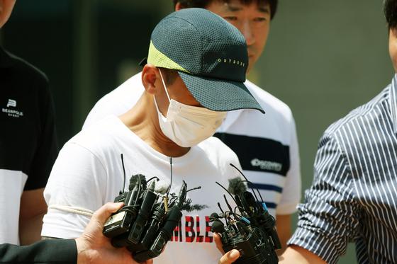 최근 발생한 한국인 남편의 동남아 부인 폭행 사건은 많은 사람들의 공분을 샀다. 사진은 베트남 출신 아내를 폭행한 혐의를 받고 있는 남편이 영장실질심사를 받은 뒤 돌아가고 있는 모습. [연합뉴스]