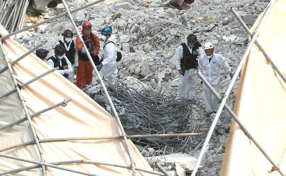 지난 5일 오후 서울 강남구 잠원동 건물붕괴 현장에서 경찰과 소방관계자들이1차 합동감식을 하고 있다. [뉴스1]