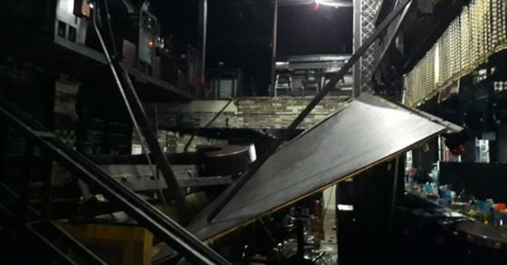 27일 오전 2시39분쯤 광주 서구의 한 클럽 복층 구조물이 붕괴된 모습. [뉴스1]
