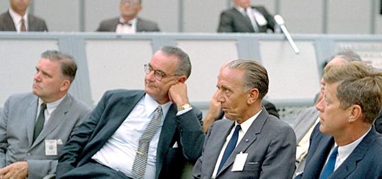 미국 우주 개발의 초기인 1962년 미국 항공우주국(NASA) 발사작전센터(나중에 케네디 우주센터로 이름이 바뀜)에서 존 F 케네디 대통령과 쿠어트 데부스 소장, 린든 존슨 부통령(오른족부터)이 보고를 받고 있다. 데부스 박사는 나치 로켓 과학자 출신으로 미국이 독일의 로켓 과학기술자를 이주시키는 페이퍼클립 작전에 의해 1962년 미국으로 옮겨 소장을 맡았다. [사진 NASA]