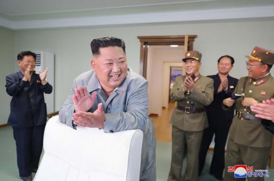 김정은 북한 국무위원장이 25일 신형전술유도무기(단거리 탄도미사일)의 '위력시위사격'을 직접 조직, 지휘했다고 조선중앙통신이 26일 보도했다. [연합뉴스]