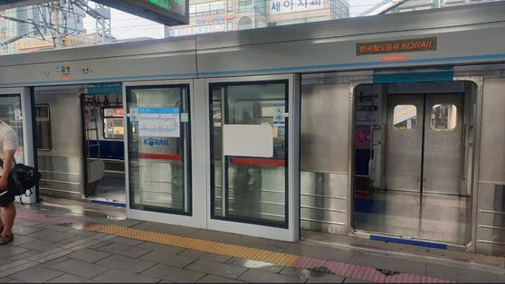 27일 오전 단전 문제로 운행이 중단된 서울 지하철 4호선 금정~대공원역 구간이 5시간 만에 운행 재개됐다. [사진 트위터 캡처]