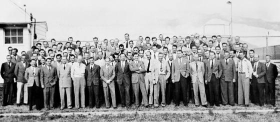 나치가 세운 페네뮌데 로켓 연구소에서 일하다 종전 뒤 페이퍼클립 작전에 의해 미국 텍사스주로 이주한 104명의 독일인 과학기술자가 기념 촬영을 하고 있다. 이들은 미국의 우주개발을 이끌었다. [위키피디아]