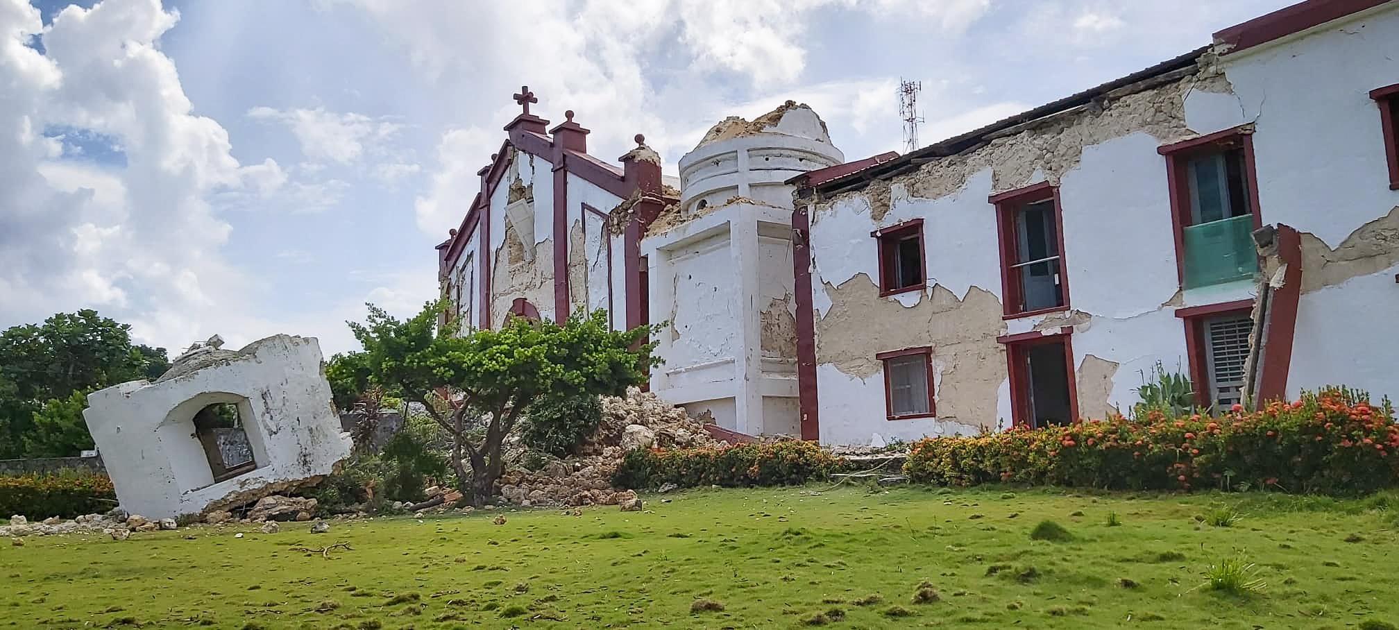 필리핀 이트바야트의 교회가 지진으로 처참하게 부서졌다. [EPA=연합뉴스]