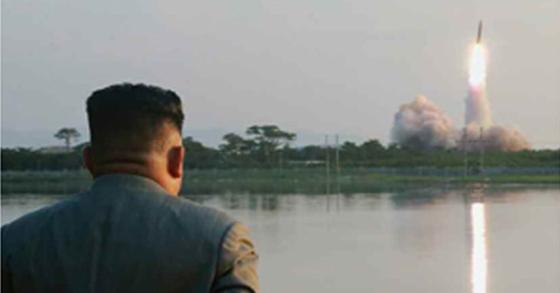 북한 노동신문은 김정은 국무위원장이 지난 25일 신형전술유도무기 위력시위사격을 조직지도 했다고 26일 보도했다. [뉴시스]