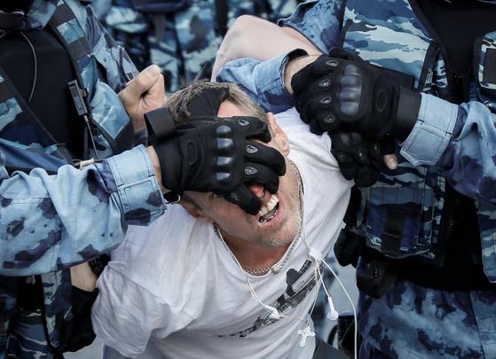 공정 선거를 요구하는 시위 참가자를 러시아 경찰이 연행하고 있다. [로이터=연합뉴스]