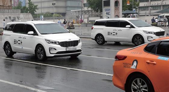 국토교통부가 '혁신성장과 상생 발전을 위한 택시제도 개편방안'을 발표한 7월 17일 서울 도심에서 '타다' 차량과 택시가 운행하고 있다. / 사진:연합뉴스