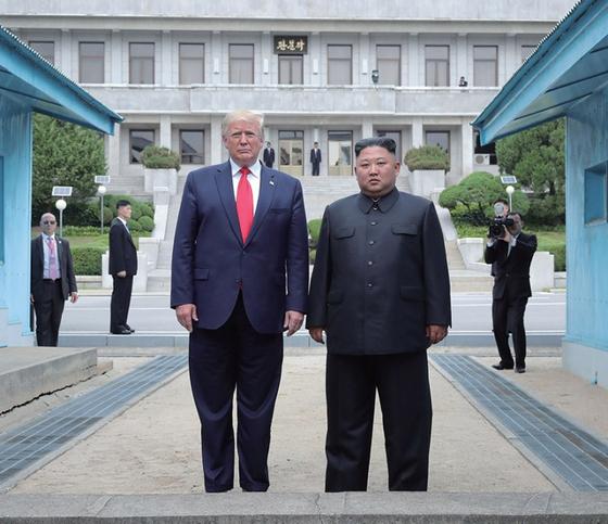 6월 30일 판문점 군사분계선을 넘어 간 도널드 트럼프 미국 대통령이 김정은 북한 국무위원장과 함께 남쪽을 향해 포즈를 취하고 있다. / 사진:연합뉴스