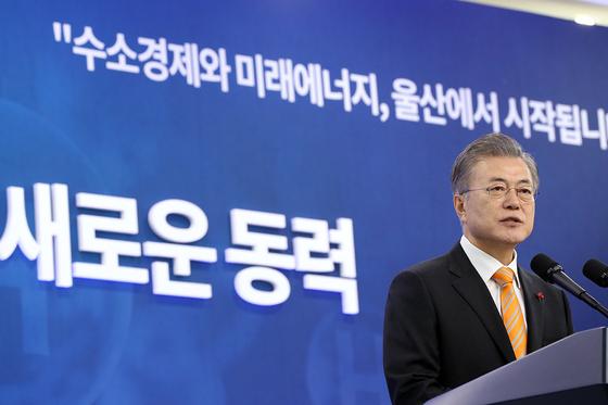 한국은 수소연료 저장용기의 핵심소재인 탄소섬유를 일본 수입에 의존하고 있다. 지난 1월 울산에서 열린 '수소경제 전략보고회'에서 문재인 대통령이 인사말을 하고 있다. [청와대사진기자단]