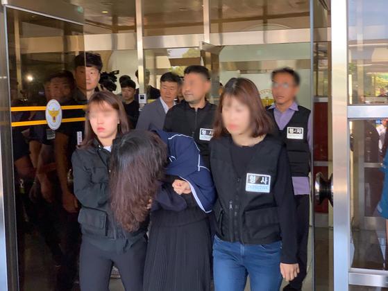 지난달 12일 검찰 송치를 위해 고유정이 제주동부경찰서를 빠져나가고 있다. 고유정은 고개를 들지 않아 얼굴이 보이지 않았다. 최충일 기자
