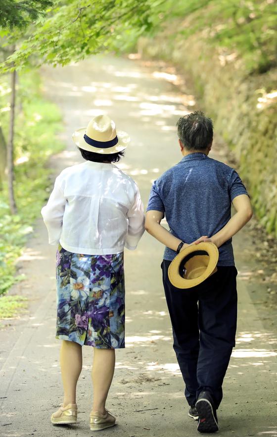 지난해 8월, 여름 휴가차 찾은 대전 장태산 휴양림에서 산책을 하고 있는 문재인 대통령과 부인 김정숙 여사. [청와대 제공]