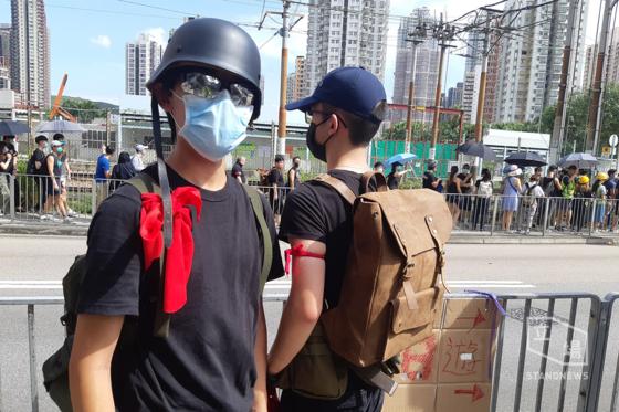 붉은 리본을 팔에 묶은 홍콩 의용군이 27일 오후 위안랑 역사 인근에 등장했다. [사진=입장신문]