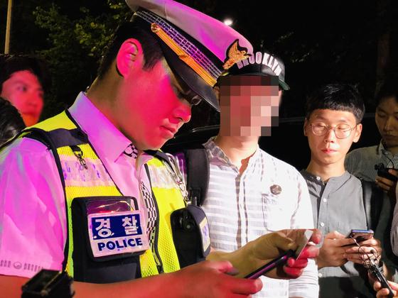 지난달 25일 음주단속에 적발된 경차 운전자가 음주측정을 받고 있다. 혈중알코올농도 0.083%가 나온 운전자는 면허 취소됐다. 남궁민 기자