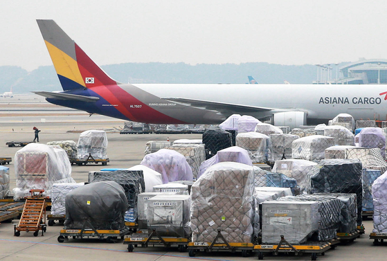 주요 품목의 일본 수입의존도가 높고, 산업경쟁력이 떨어져 일본의 수출규제가 한국 경제성장에 악영향을 미칠 것이란 분석이 나왔다. 인천국제공항 화물터미널에 수출 화물이 선적을 기다리는 모습. [연합뉴스]