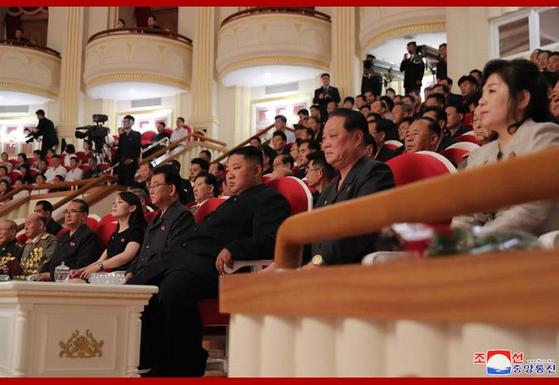 김정은 북한 국무위원장이 정전 체결 66주년에 국립교향악단의 '7·27 기념음악회'를 관람했다고 조선중앙통신이 28일 보도했다. 사진은 중앙통신 홈페이지에 공개된 음악회 관람 사진. [연합뉴스]
