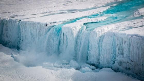 지구온난화의 영향으로 남극대륙의 난센 빙붕 상층부가 녹아 폭포수처럼 흘러내리고 있다. [사진 극지연구소]