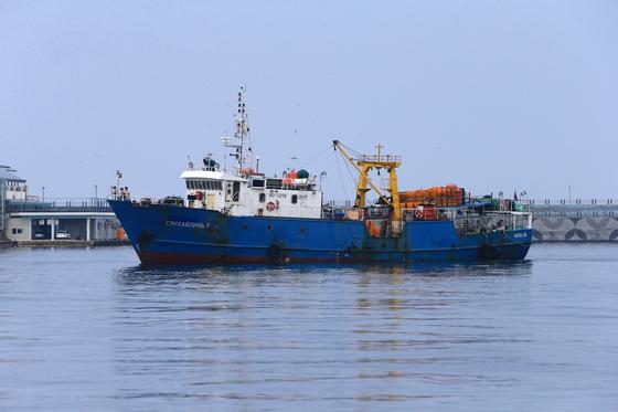 북한에 나포됐다가 풀려난 러시아 어선 '샹 하이린(Xiang Hai Lin) 8호'가 28일 오후 속초항으로 돌아오고 있다. [연합뉴스]