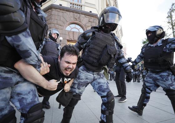 27일(현지시간) 러시아 모스크바에서 열린 대규모 시위에서 진압에 나선 경찰들이 시위 참가자를 진압하고 있다. [EPA=연합뉴스]