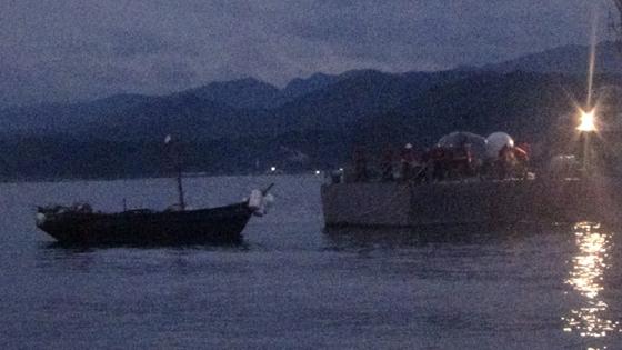 28일 새벽 해군 고속정이 북한 목선을 끌고 강원도 양양으로 이동하고 있다. [사진 합참]