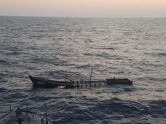 지난 13일 동해 북방한계선(NLL) 북방 1.1km 해상에서 발견한 목선 모습. 이 목선은 현장에서 파기됐다. [합동참모본부]