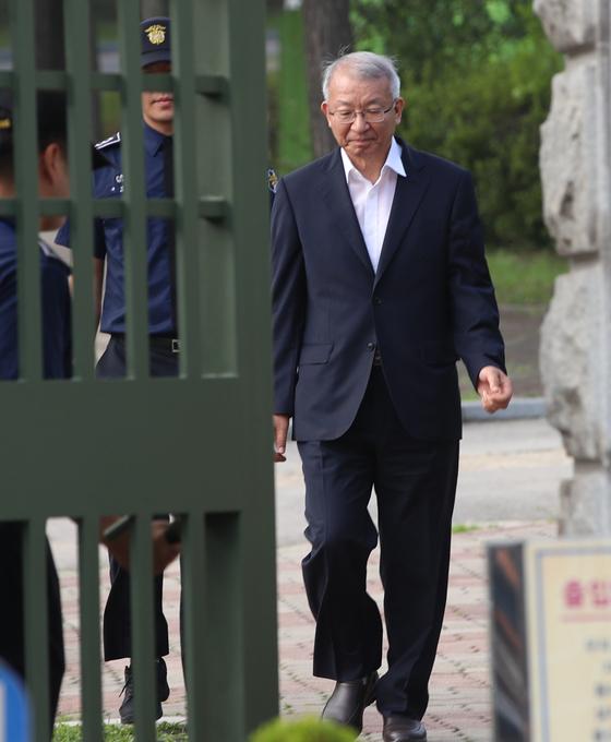 양승태 전 대법원장이 22일 보석으로 풀려나 서울구치소를 나서고 있는 모습. 오종택 기자