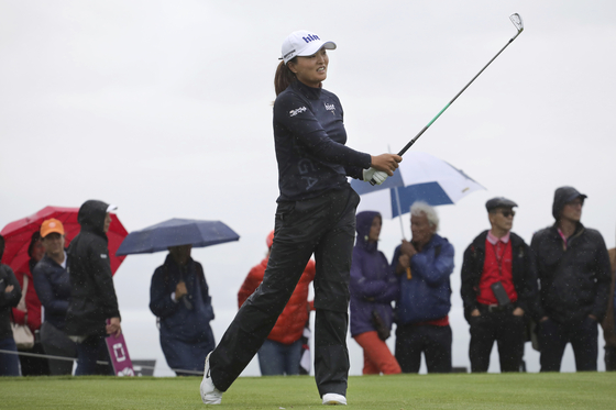 고진영이 29일 열린 LPGA 투어 에비앙 챔피언십 최종 라운드 5번 홀에서 샷을 시도하고 있다. [AP=연합뉴스]