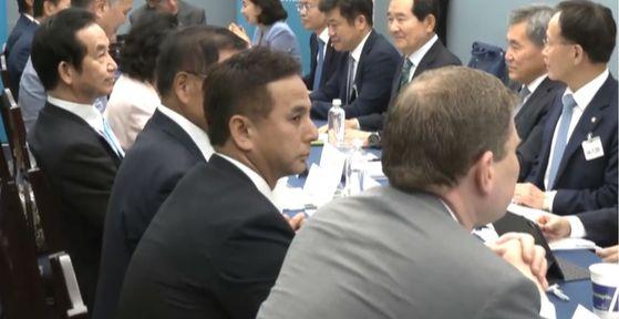 """지난 26일 워싱턴에서 열린 한·미·일 의원회의에서 굳은 표정으로 앉아있는 자민당 야마모토 고조중의원 의원(8선·맨 왼쪽). 그는 '한·일 갈등을 대화와 협상으로 신속히 해결하자""""는 결론을 나 홀로 거부했다. 오른쪽 위는 회의에 참석해 일본 측 의원을 보고 있는 정세균 의원. 정효식 특파원"""