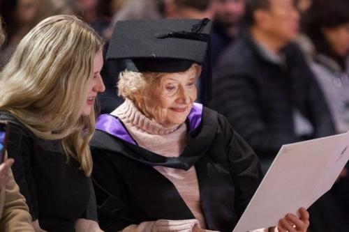 손녀와 함께 졸업식에 참석한 로나 프렌더가스트 할머니. [호주 ABC 방송 홈페이지 캡처]