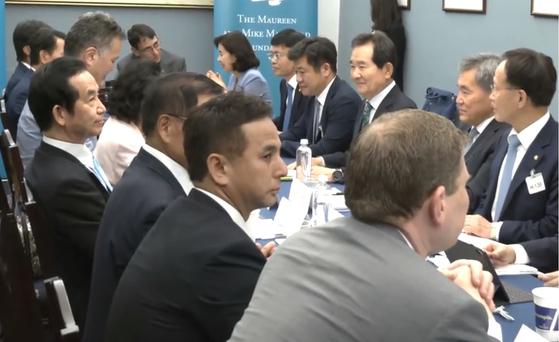 """26일 워싱턴에서 열린 한·미·일 의원회의에서 굳은 표정으로 앉아있는 자민당 야마모토 고조(8선·왼쪽 다섯번째) 중의원 의원. 그는 """"한·일 갈등을 대화와 협상으로 신속히 해결하자""""는 결론을 나홀로 거부했다.이광조 JTBC 기자."""