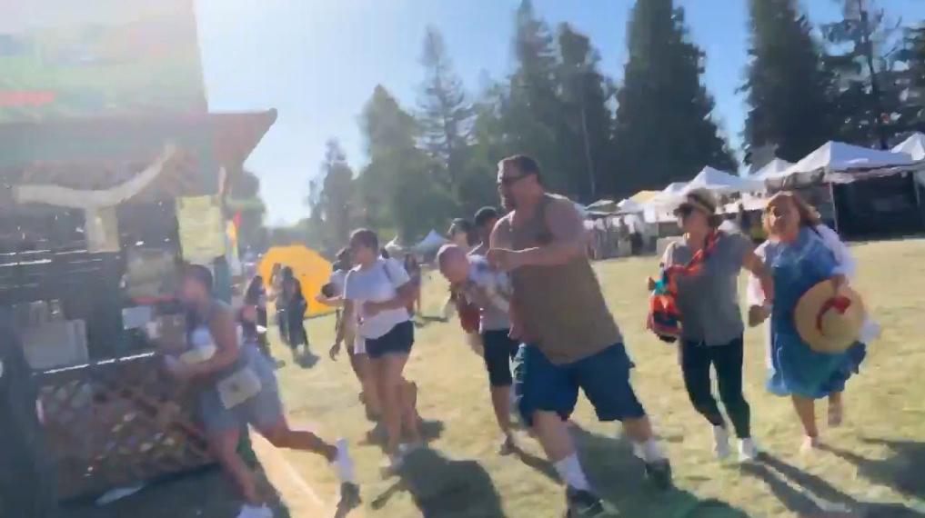 28일(현지시간) 미국 캘리포니아주 북부 지역에서 열린 음식 축제 '길로이 마늘 페스티벌'에서 총격사건이 발생해 사람들이 대피하고 있다. [로이터=연합뉴스]