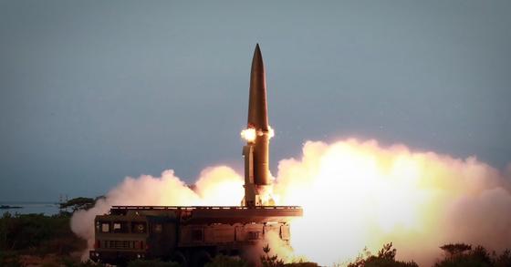 북한이 지난 25일 강원 원산 호도반도 일대에서 신형전술유도무기(단거리 탄도미사일)을 발사하고 있다. [사진 연합뉴스]