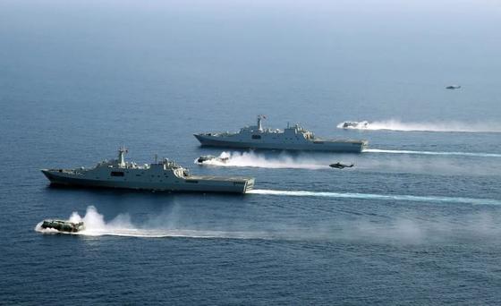 중국 남해함대가 장소와 날짜가 알려지지 않은 가운데 상륙작전도 감행할 수 있는 훈련을 실시하고 있다. [중국 환구망]