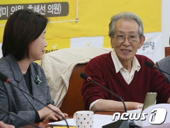 일본의 탈핵전문가이자 작가인 히로세 다카시(오른쪽)가 2016년 한국을 방문해 국회에서 열린 '지진대 위의 핵발전소! 그 위험성 진단과 대책' 간담회에서 발언을 하고 있는 모습. [뉴스1]