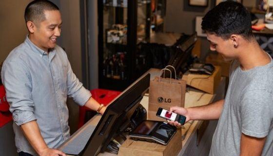 미국 내 LG전자 스마트폰 이용자가 결제 앱 'LG페이'로 물건을 구매하고 있다. [사진 LG전자]