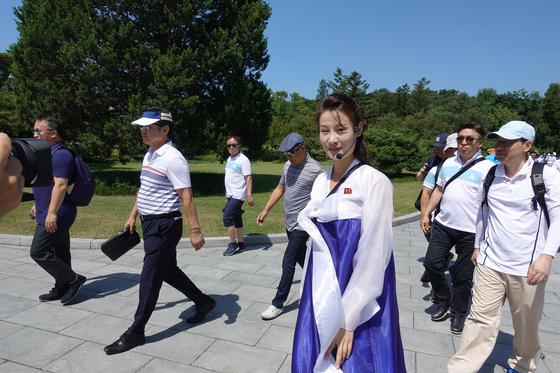 한복을 입은 북측 여성안내원의 모습. [연합뉴스]