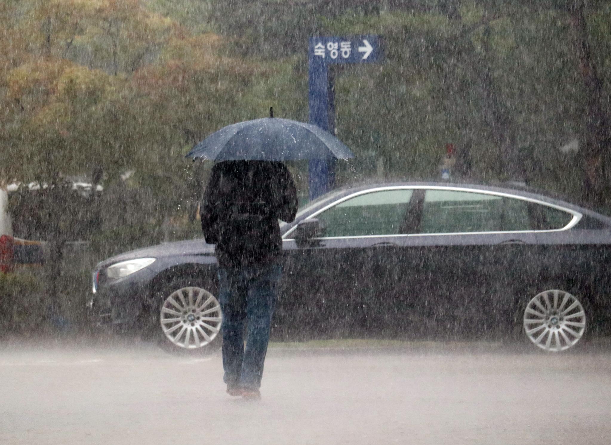 장마전선의 영향으로 전국 대부분 지역에 비가 내린 지난 25일 대전 서구 일대 쏟아지는 굵은 빗줄기를 속을 한 시민이 걸어가고 있다. [연합뉴스]