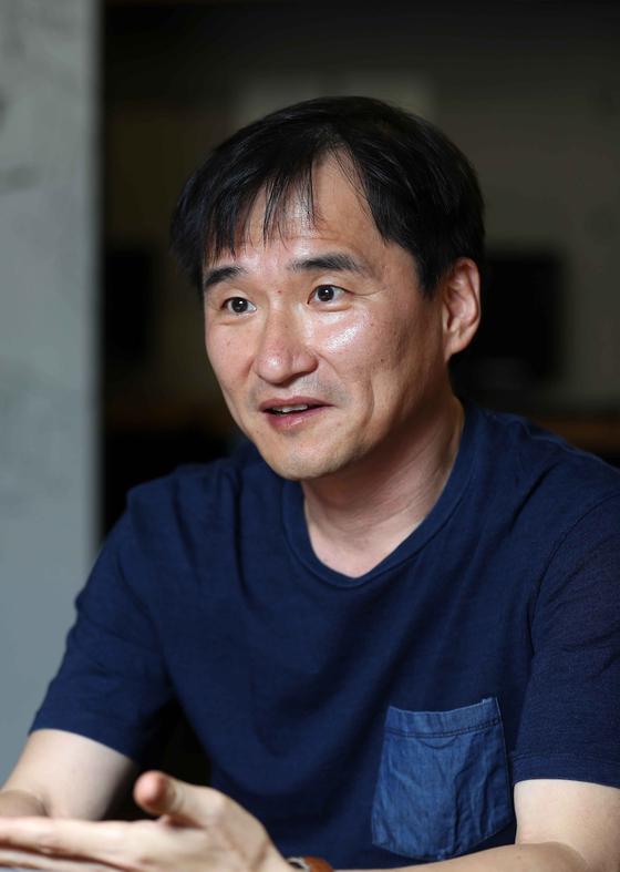 신간 '시절일기'를 펴낸 김연수 작가. 책은 개인에서 사회로 확대된 작가의 시선을 보여준다. 김상선 기자